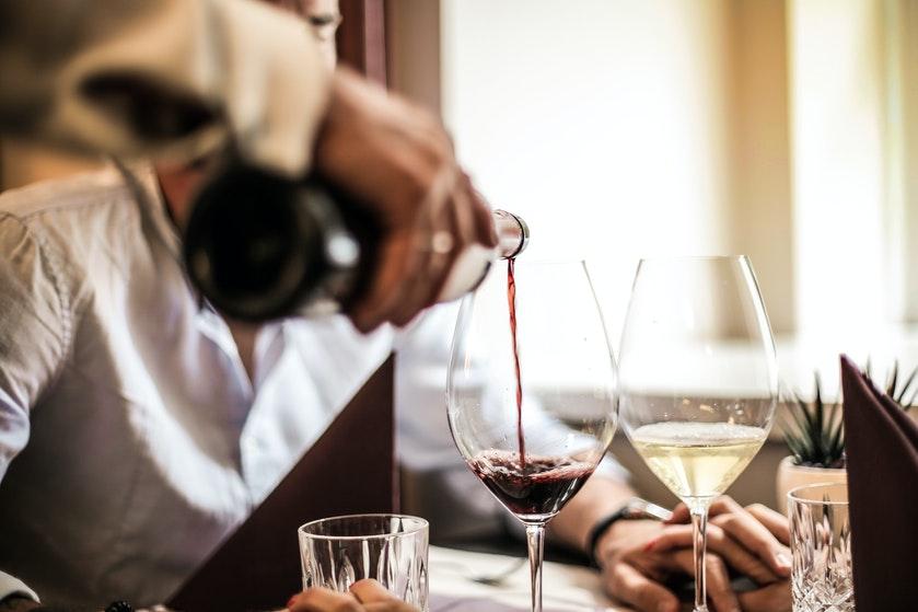 Steven schiet te hulp: 'Het is normaal geworden dat we onder werktijd al de eerste fles wijn opentrekken'