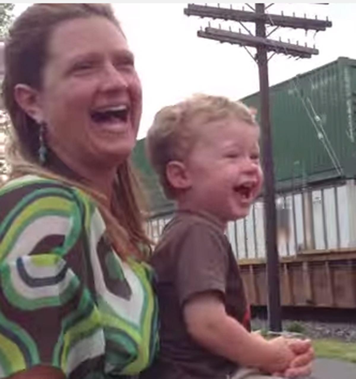 De reactie van dit jongetje wanneer hij zijn vader ziet, zo schattig!