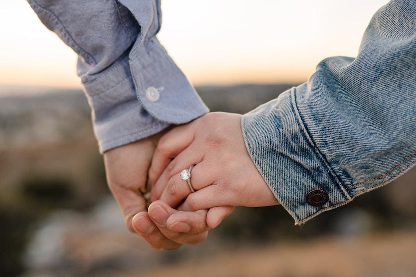 Bril-jant: man laat verlovingsring al maand lang zien zonder dat vriendin het doorheeft