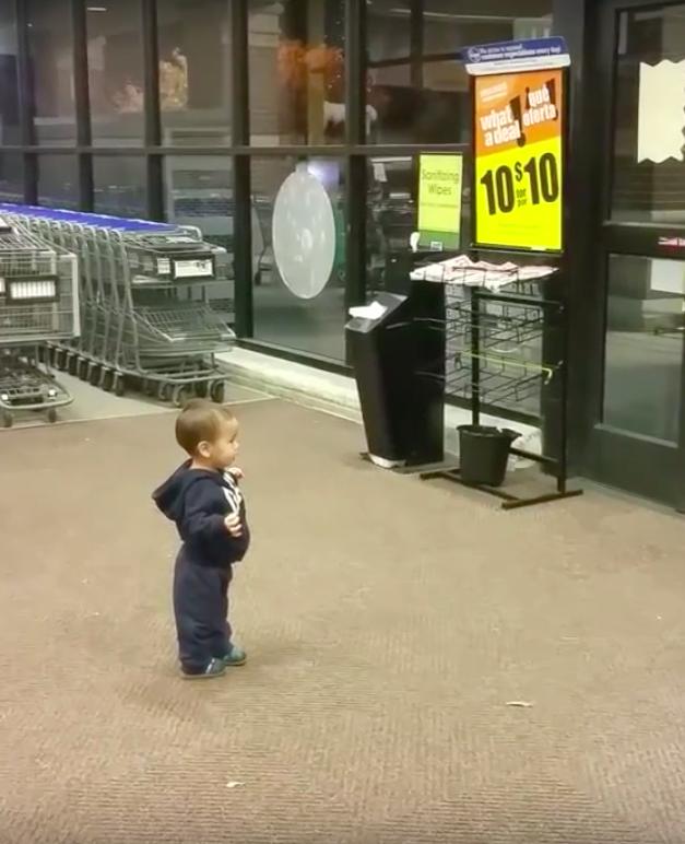 Jongetje verbaasd over schuifdeuren in supermarkt