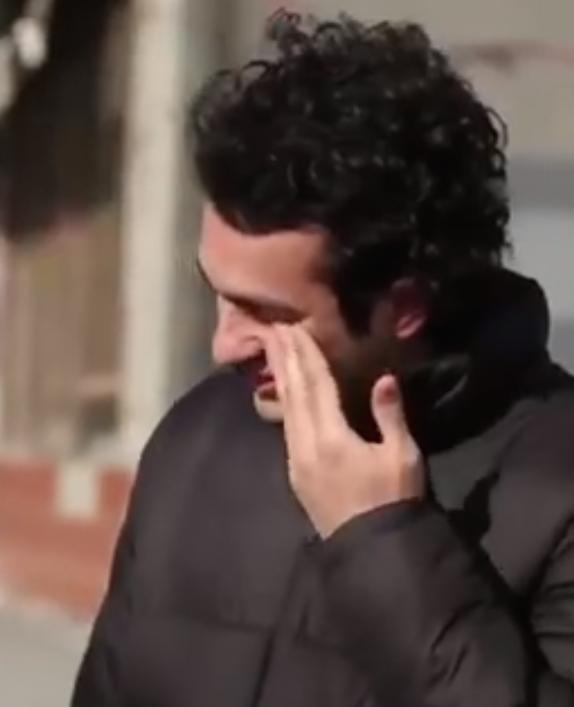 Buurtbewoners leren gebarentaal voor dove jongen