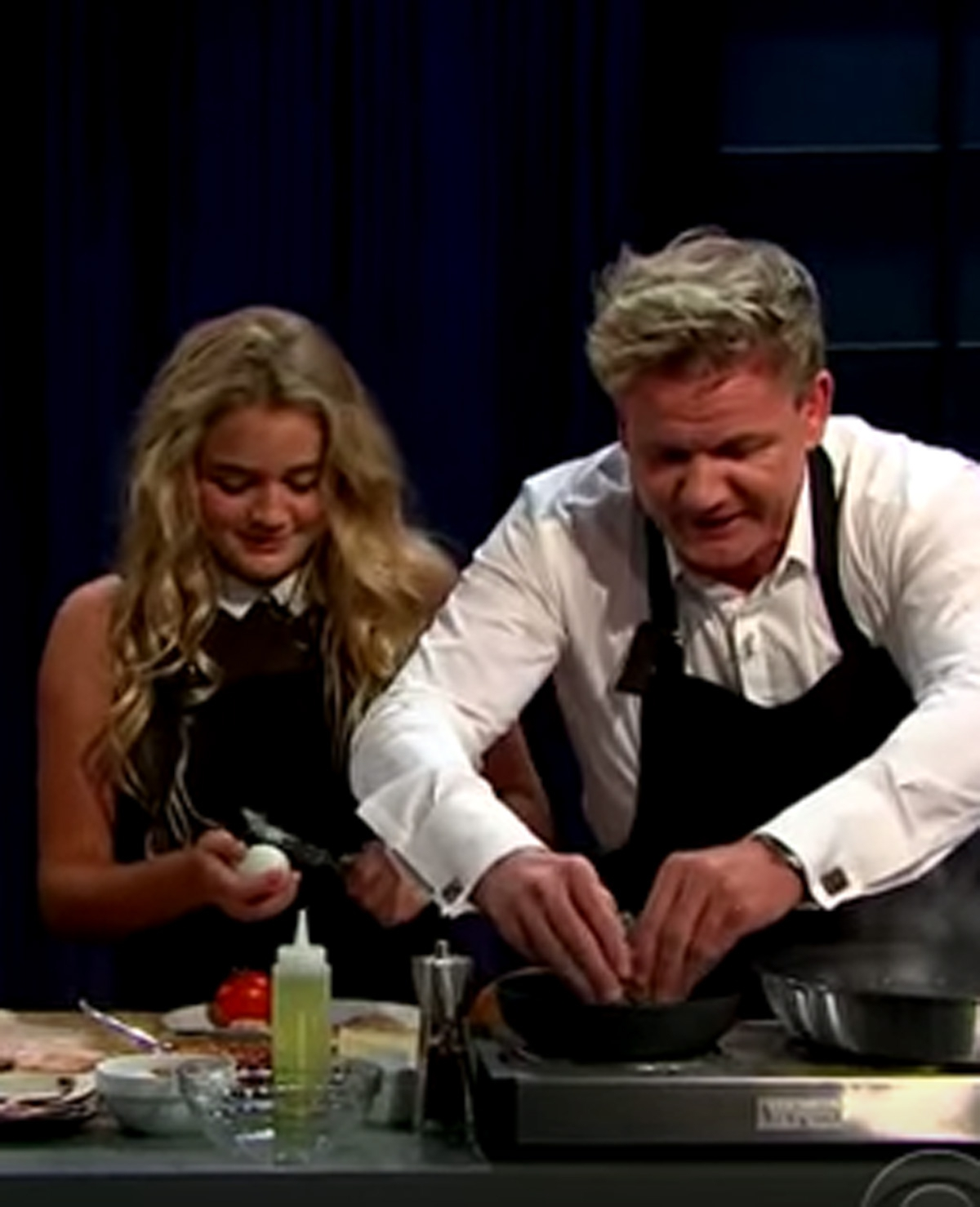 Hilarisch: Gordon Ramsay kookt samen met dochter