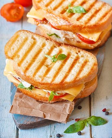 Lekker snackje: tosti met kaassaus waar je geen tosti-apparaat voor nodig hebt