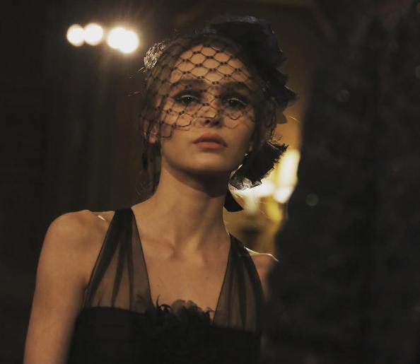 Lily-Rose Depp maakt haar debuut op de catwalk
