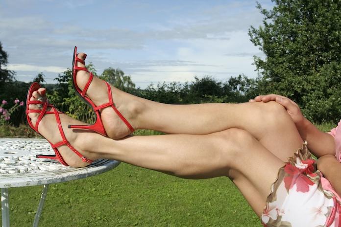 Zo blijven je blote benen niet meer aan de stoel plakken als je op het terras zit