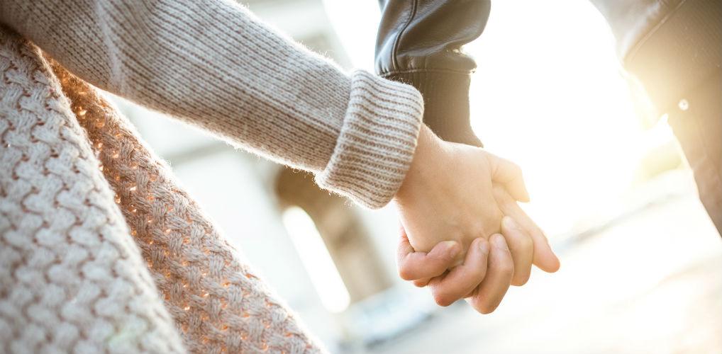 Romantische wandeling: waarom je af en toe hand in hand moet lopen met je partner