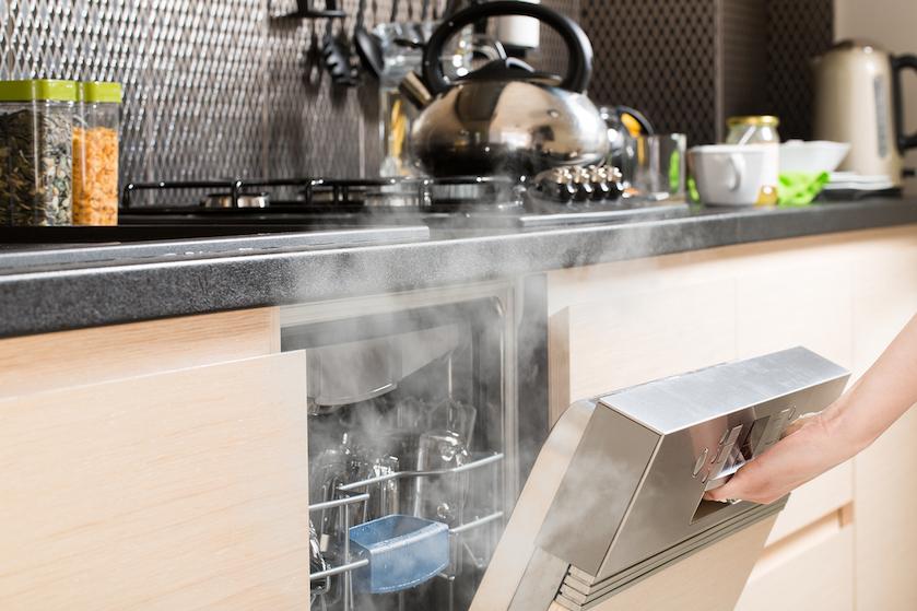 Vaatwasser-hack: op déze manier voorkom je dat er zich water in je kommetjes of glazen ophoopt