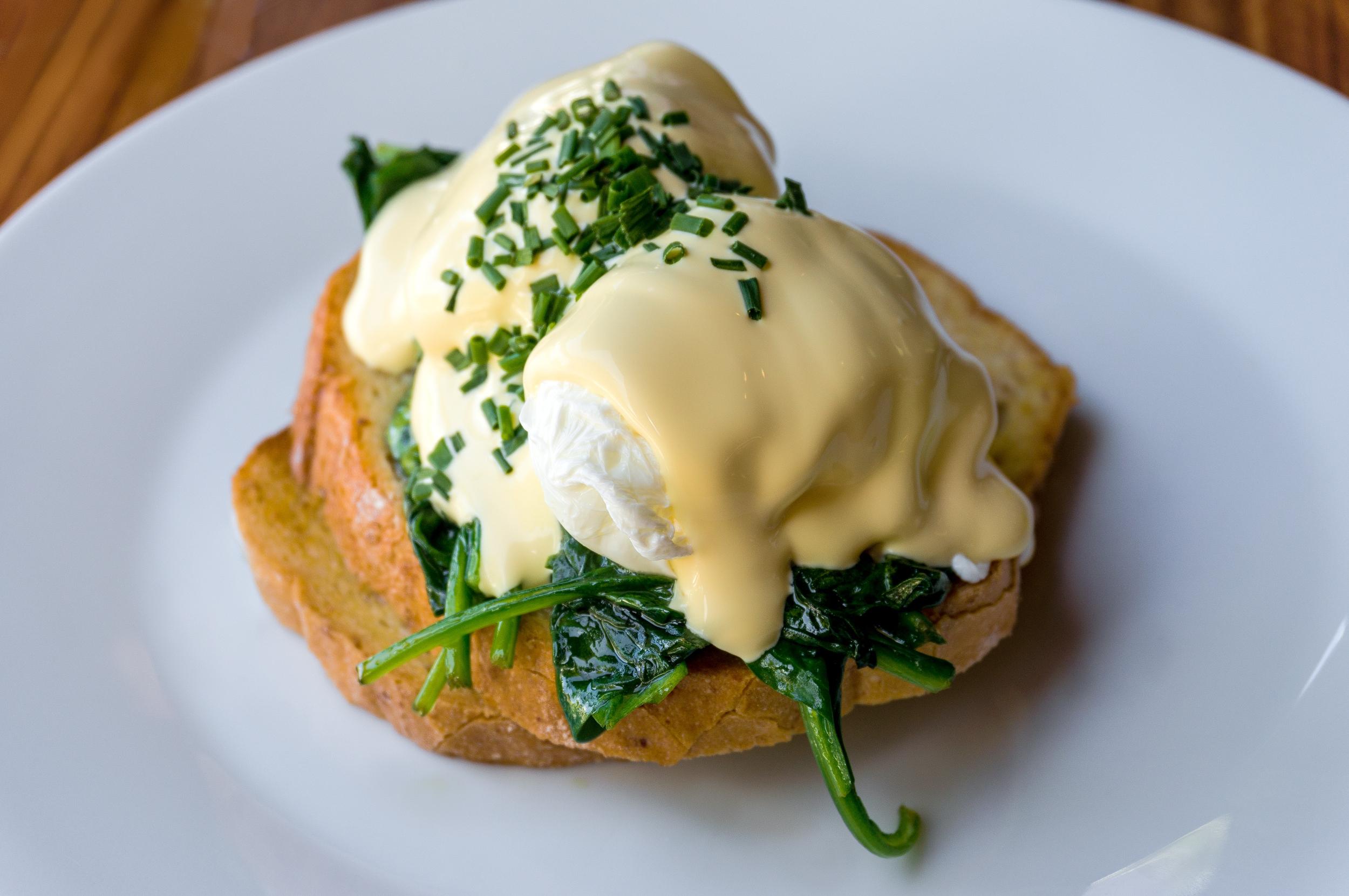 Brunchreceptje: benedict eitjes met spek en spinazie
