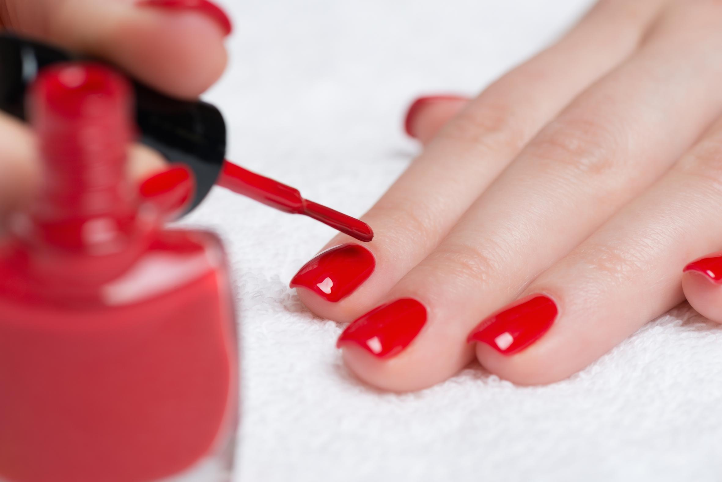 Trucje voor onhandige nagellakkers: zó verwijder je restjes lak van je huid!