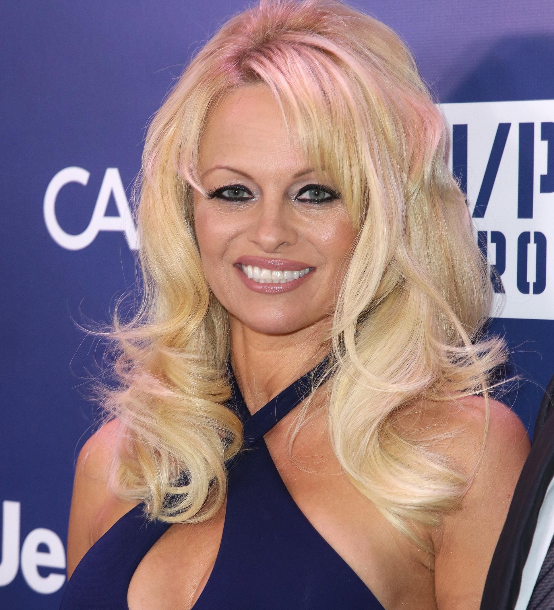 WOW! Pamela Anderson onherkenbaar op awardshow in Parijs