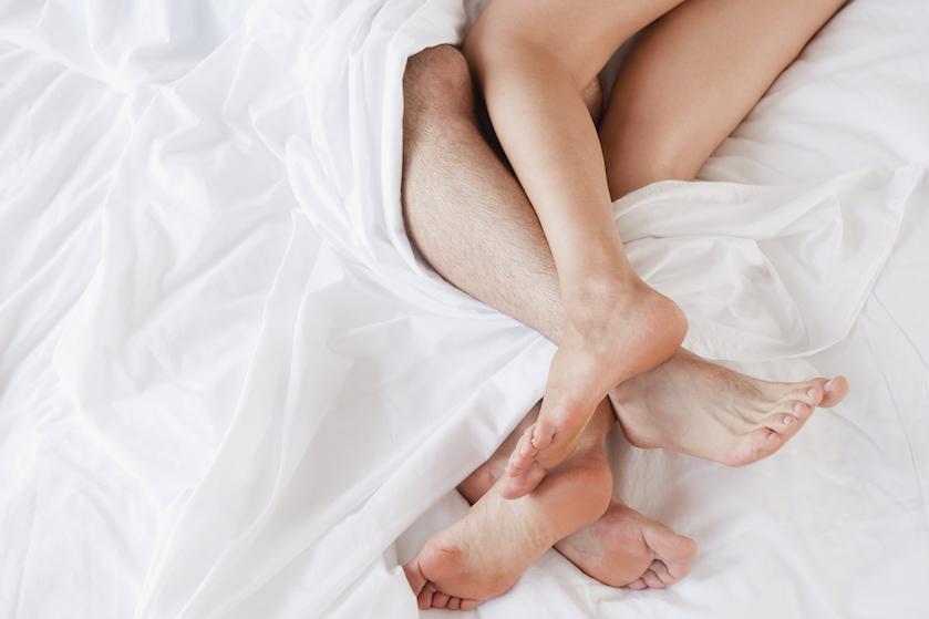 Houd je vast: zo vies is het écht als je je beddengoed niet wast na de seks