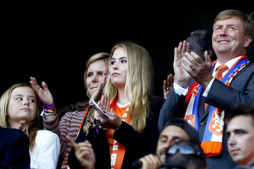 Koning Willem-Alexander moedigt Oranjevrouwen aan op WK