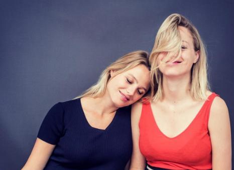 Bijzonder: Tess Milne en haar tweelingzus zijn tegelijk zwanger