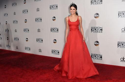 AMA's: Selena Gomez geeft emotionele speech na terugkeer uit rehab