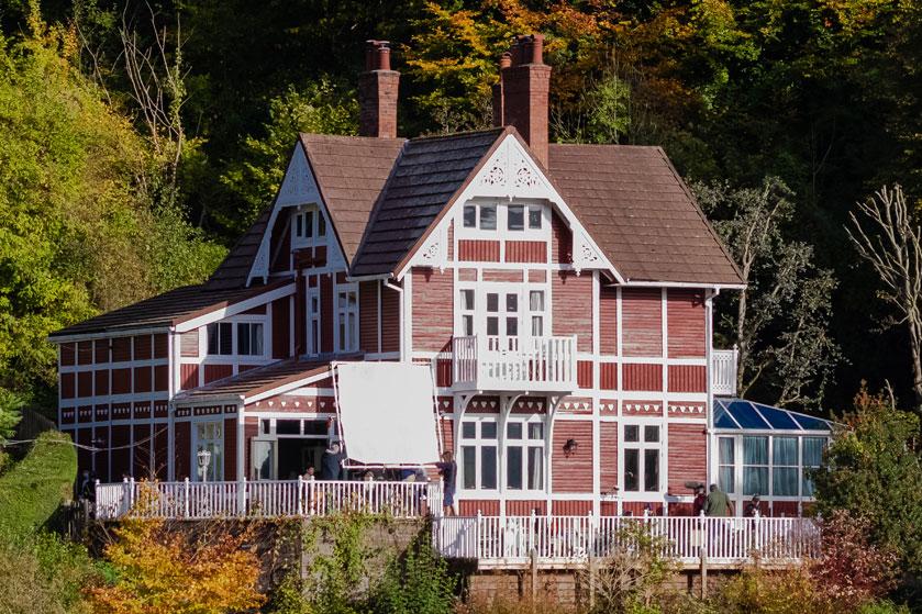 Het fantastische huis uit 'Sex Education' is te huur als vakantiehuis