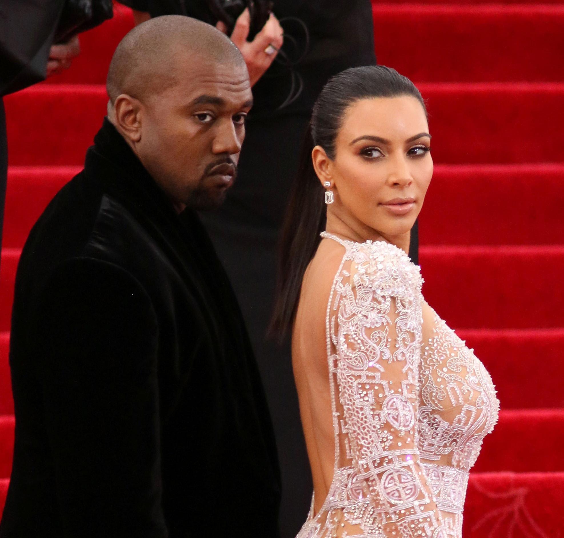 Kim en Khloé Kardashian met de billen bloot voor fotoshoot