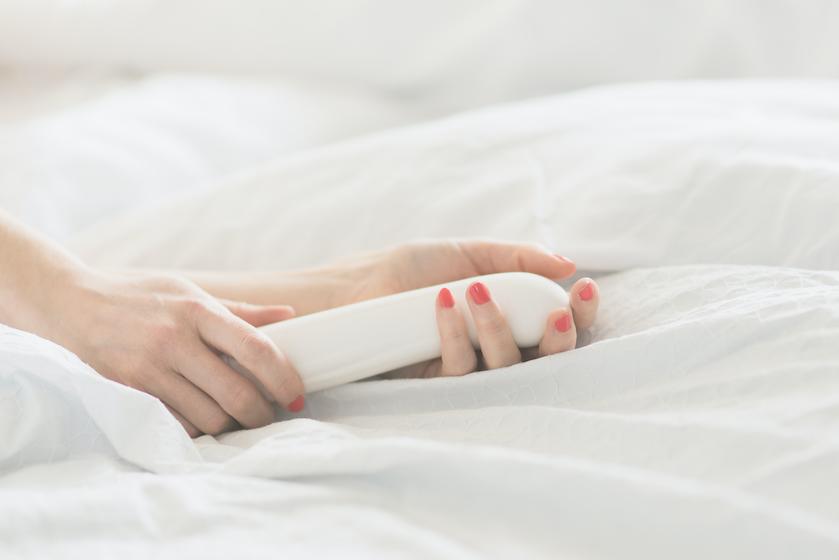 Seksuoloog over masturberen tijdens je menstruatie: 'Neemt de pijn weg'
