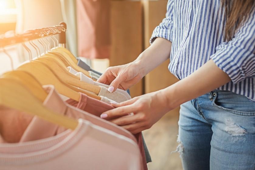 Uitmesten, maar: met deze tips wordt je kledingkast opruimen een eitje