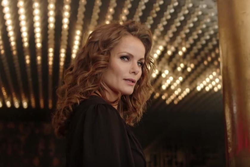 Genieten! 'Vermomde' Angela Schijf bevestigt derde seizoen 'Meisje van plezier'
