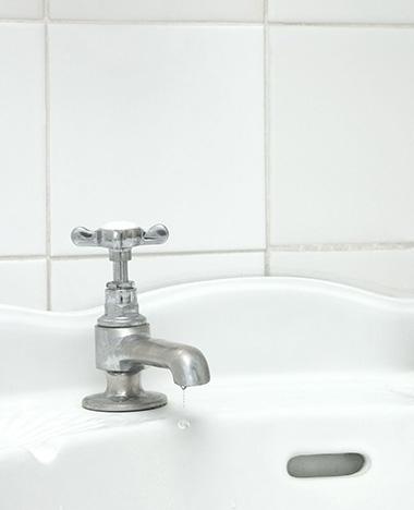 Voegen schoonmaken in de badkamer