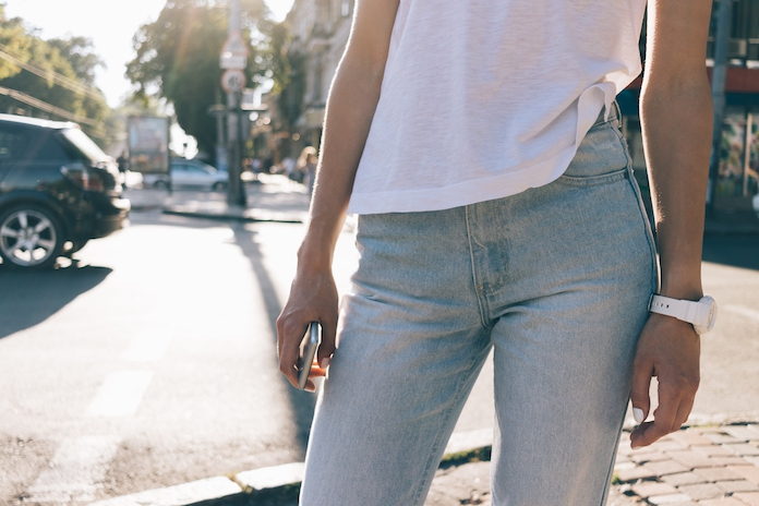 Stylist verklapt hét geheim om je jonger te kleden