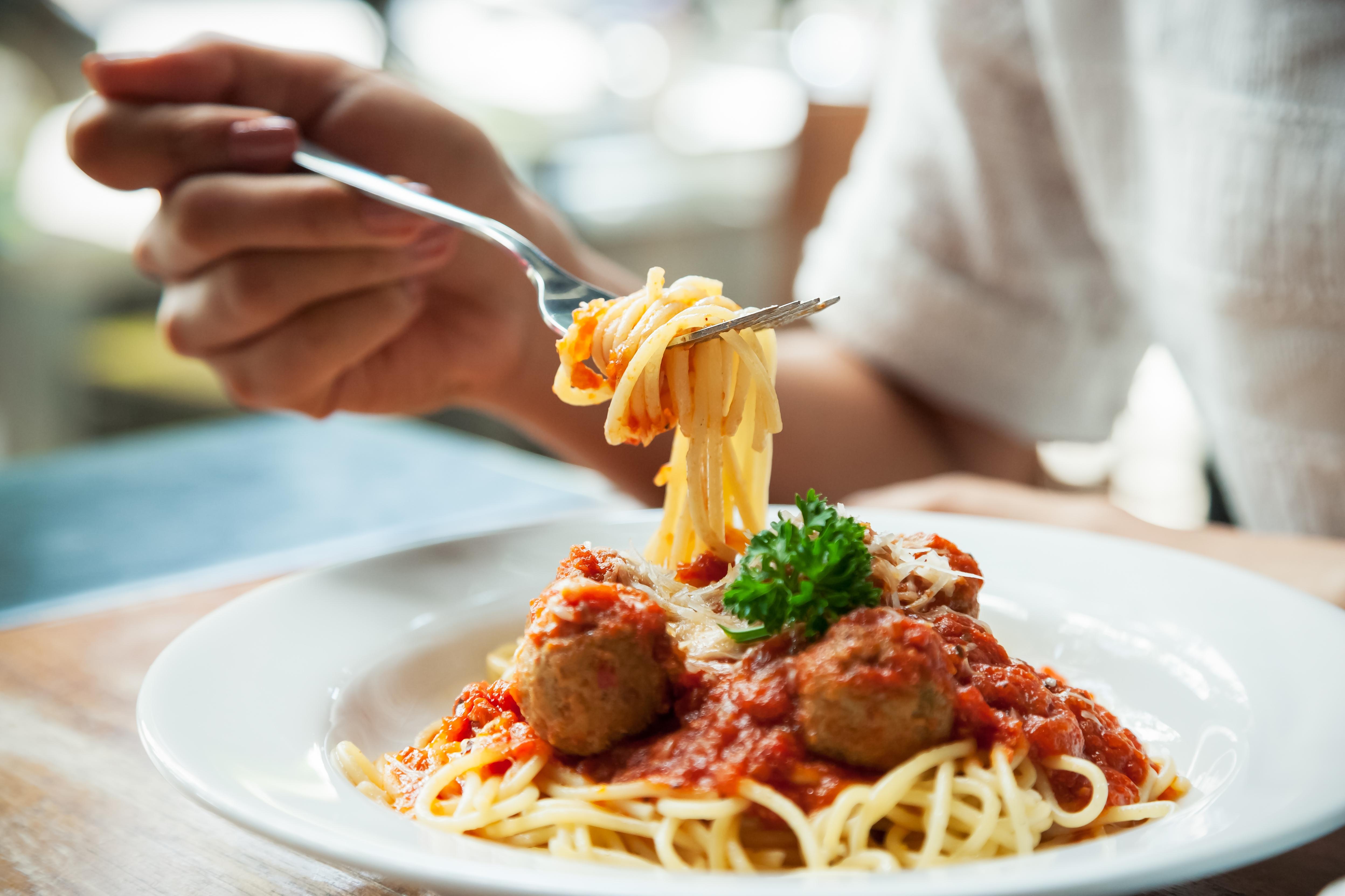 Zien: zo verwijder je die nare tomatenvlek uit je kleding