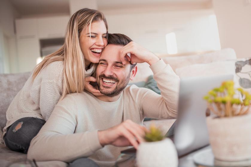Bewezen: van een gelukkige relatie kun je dus écht wat kilo's aankomen