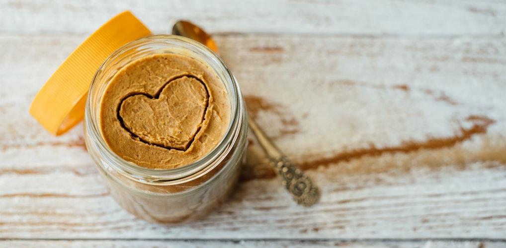 NOM: Calvé komt met pindakaas in de smaak karamel zeezout