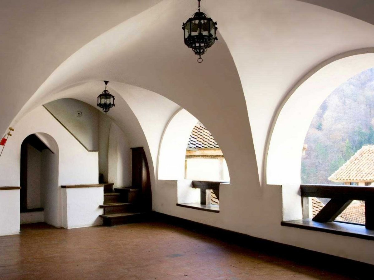 the-upper-terraces-have-arched-open-air-windows-and-gorgeous-architecture