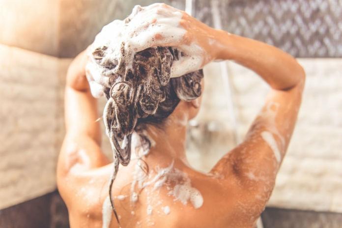 Waarom je crèmespoeling voor shampoo zou moeten gebruiken